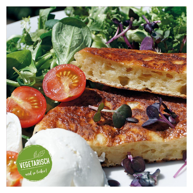 Pickert  mit Kräutern und Salat